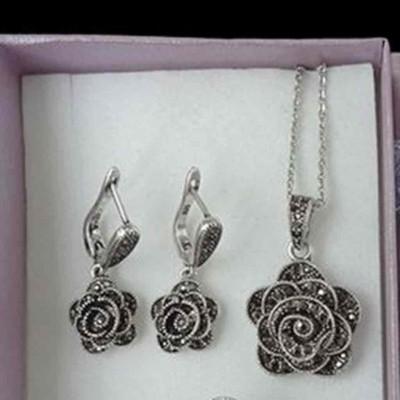 Conjunto colar e brincos c/ cristais cinzentos (marcasita - rosa)